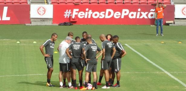 Jogadores do Inter reunidos com Odair Hellmann em treinamento