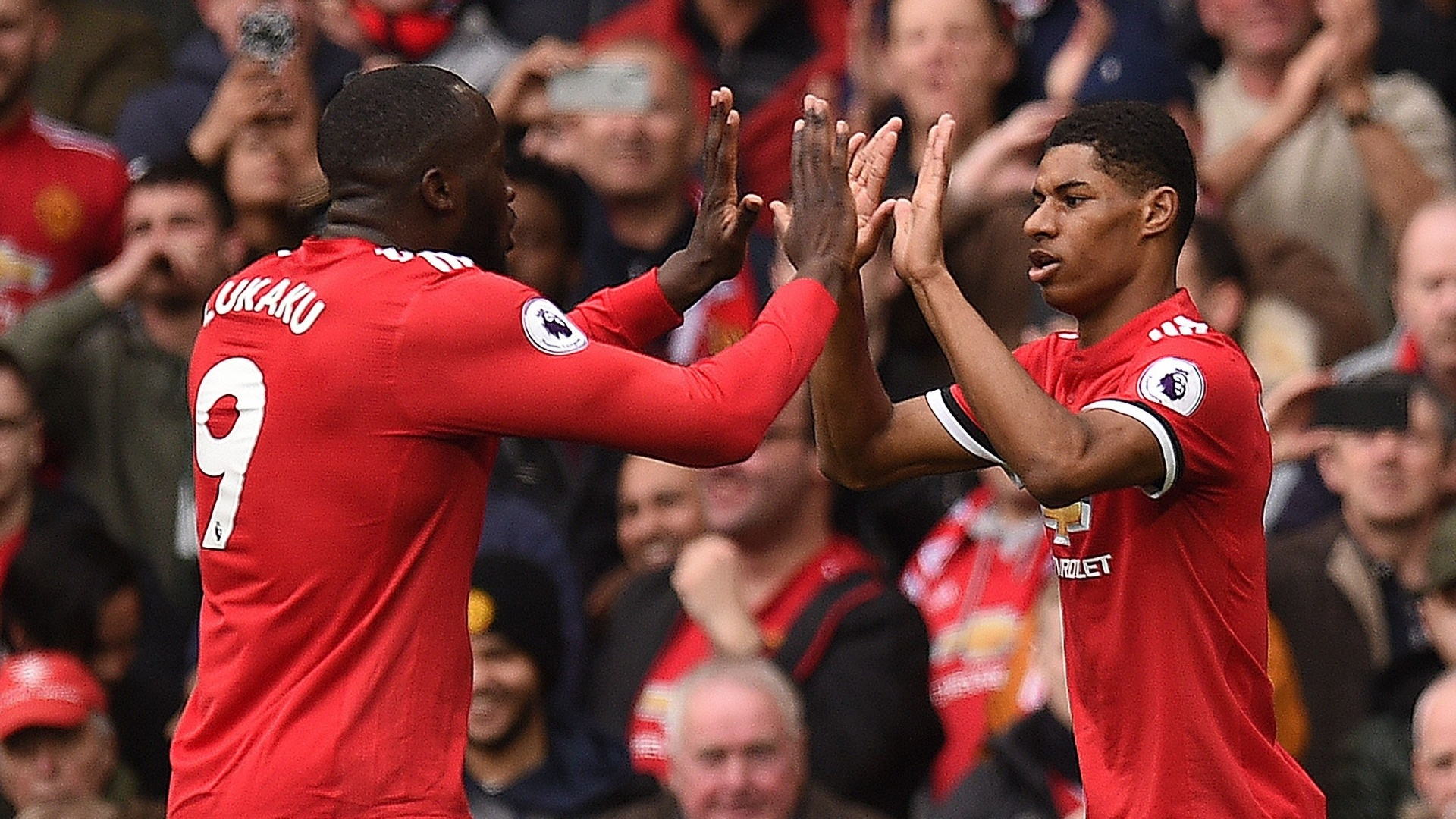 Rashford e Lukaku comemoram o gol do United sobre o Liverpool