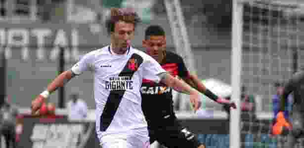 Rafael Galhardo protege a bola durante Vasco x Vitória em São Januário - Paulo Fernandes/Vasco.com.br - Paulo Fernandes/Vasco.com.br