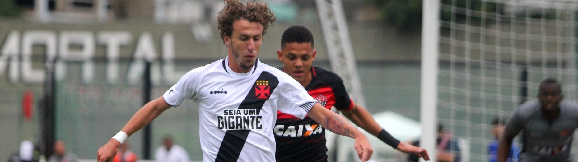 Rafael Galhardo protege a bola durante Vasco x Vitória em São Januário