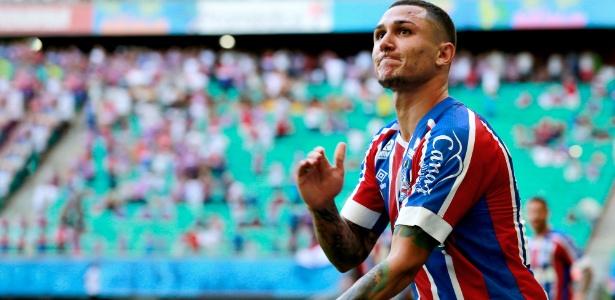 Vinicius celebra um de seus gols durante a passagem pelo Bahia na última temporada