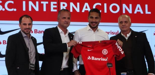 Paolo Guerrero é apresentado com a camisa do Internacional mas ainda não jogou - Marinho Saldanha/UOL