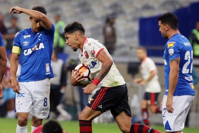 Leo Duarte, do Flamengo, comemora gol sobre o Cruzeiro