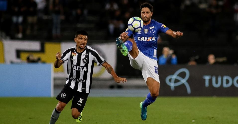 Kieza e Léo disputam bola durante partida entre Botafogo e Cruzeiro