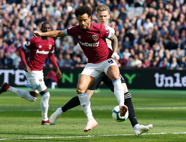 Felipe Anderson marca de letra contra o Manchester United - Ian KINGTON / AFP