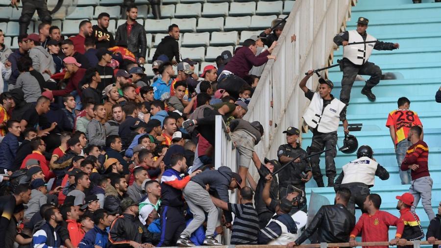 Confrontos no jogo Espérance x Primeiro de Agosto deixaram policiais feridos - FETHI BELAID / AFP