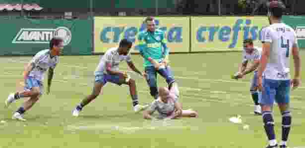 Mayke é cercado por jogadores do Palmeiras e sofre com ovadas no seu aniversário - Cesar Greco/Ag. Palmeiras/Divulgação