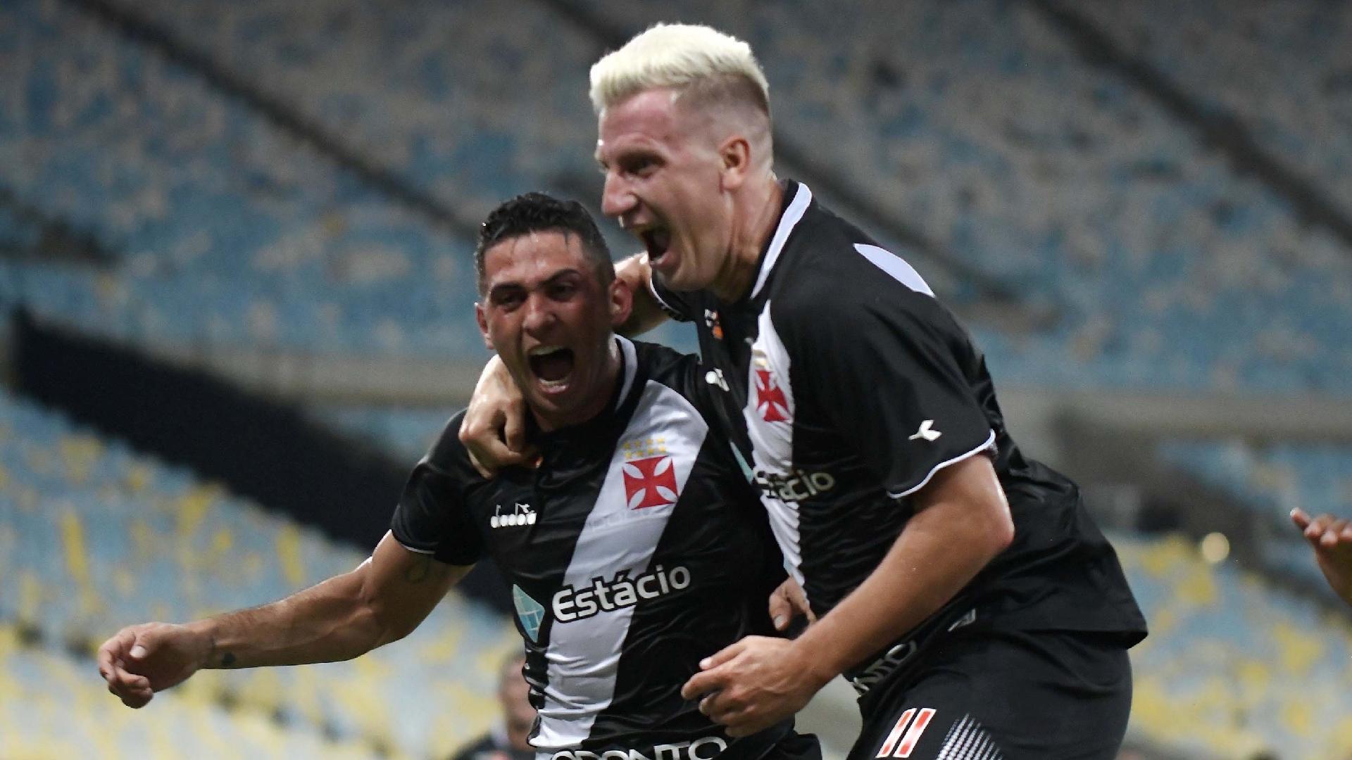 Danilo Barcelos e Maxi López comemoram gol do Vasco contra o Fluminense