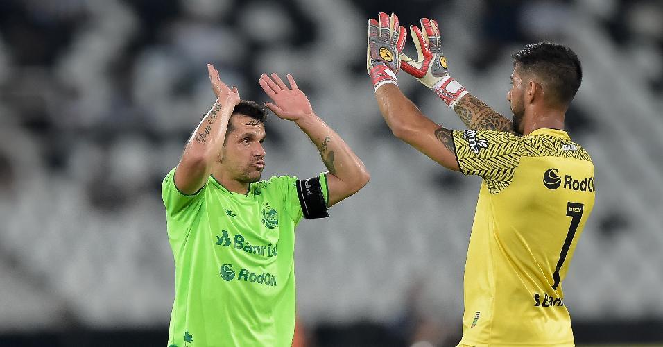 Jogadores do Juventude comemoram gol contra o Botafogo