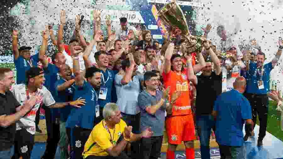 Corinthians comemora com senador Major Olimpio (camisa amarela) e deputado Caue Macris (que ergue a taça com Cássio) - PETER LEONE/FUTURA PRESS/ESTADÃO CONTEÚDO