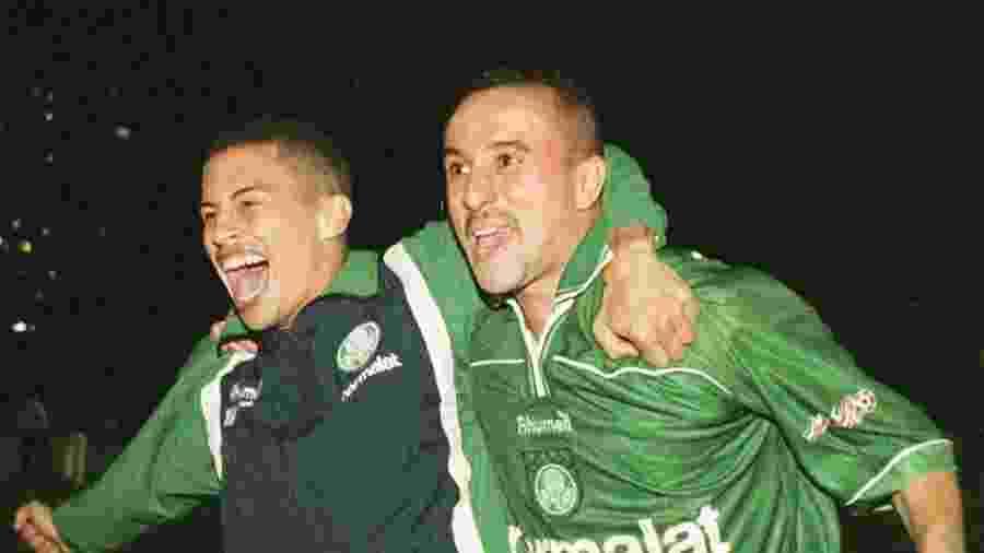 Alex e Rogério celebram título do Palmeiras na Libertadores  de 1999 - Marie Hippenmeyer/AFP