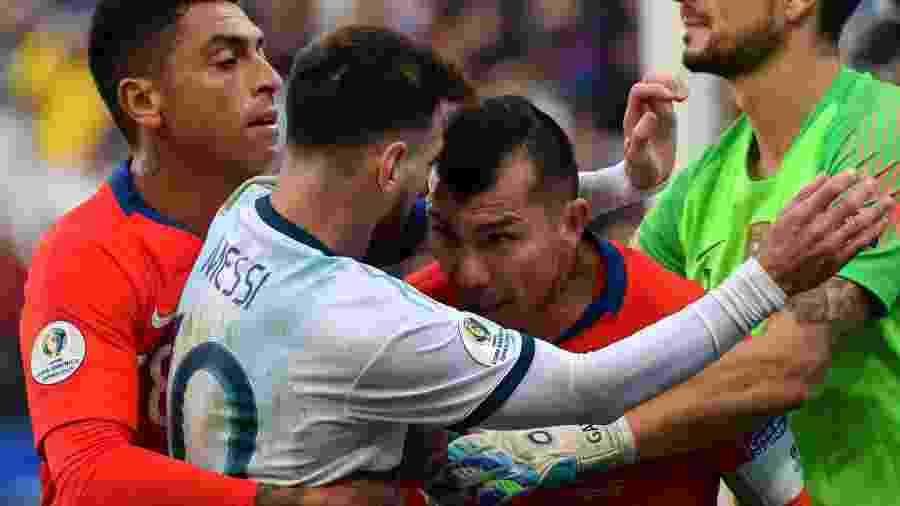 Lionel Messi, da Argentina, se envolve em confusão com Gary Medel, do Chile, na disputa pelo terceiro lugar da Copa América na Arena Corinthians - Nelson Almeida/AFP