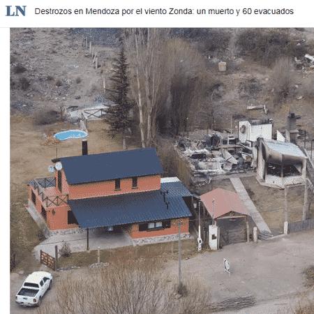 Casa destruída após queda de uma árvore em Mendoza pelos fortes ventos do fenômeno Zonda - Marcelo Aguilar / La Nación / Reprodução