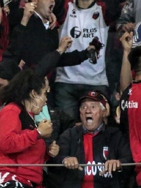 Neta compartilhou foto do avô Omar comemorando classificação do Colón  - Reprodução/Twitter María Florencia