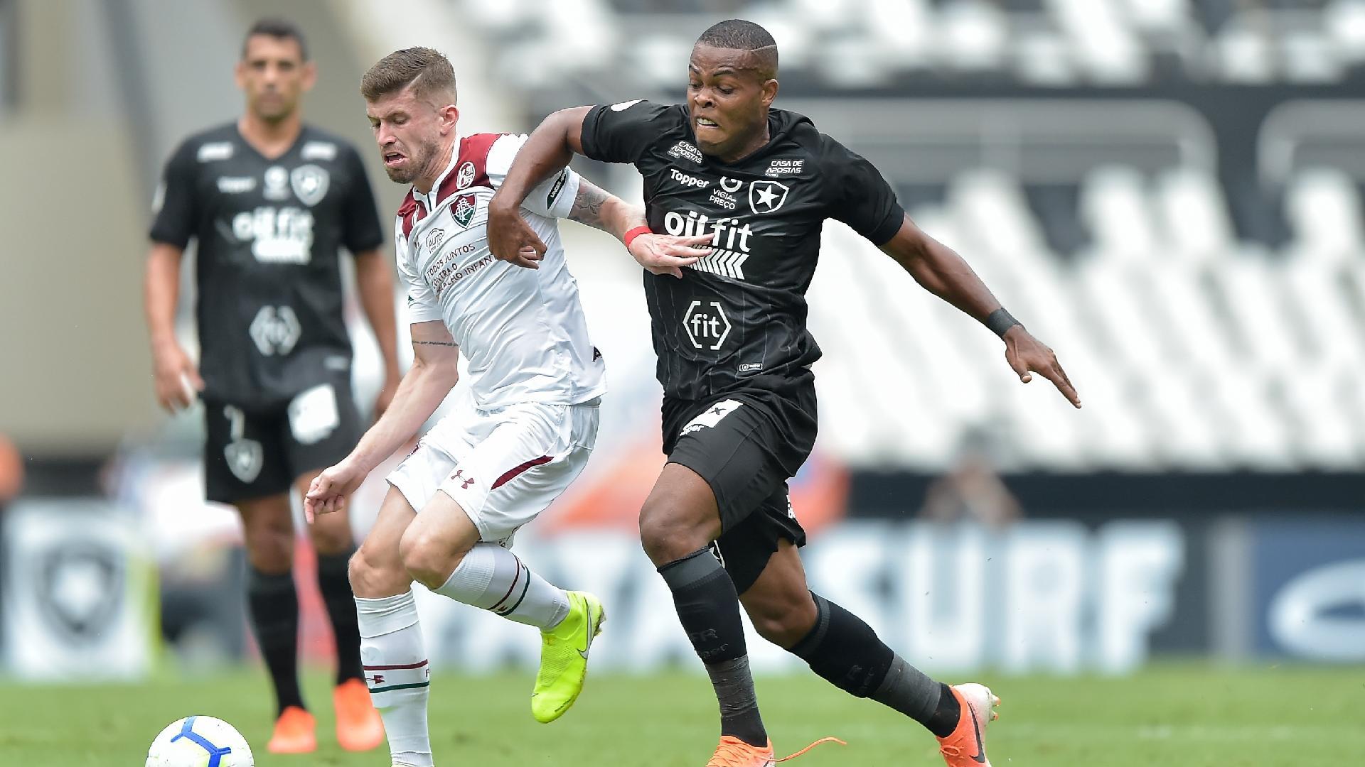 Jogadores disputam bola durante Botafogo x Fluminense
