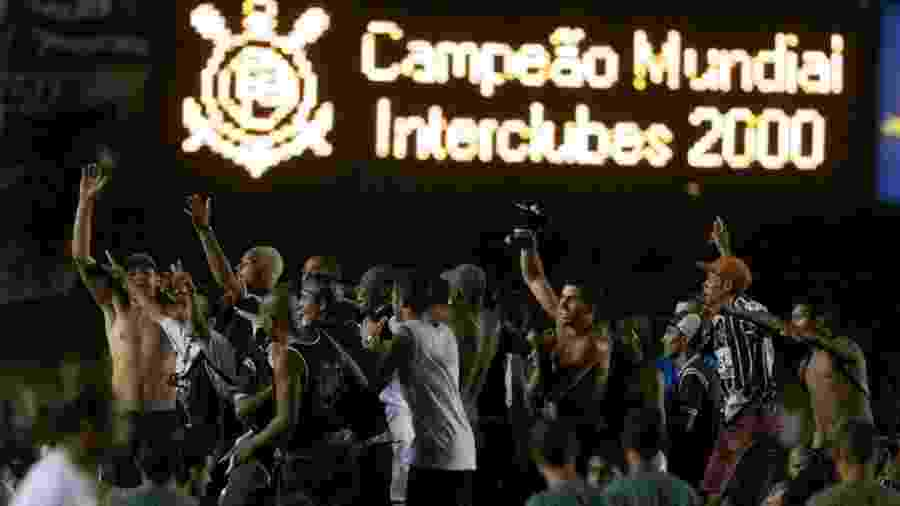 Corinthians comemora o título mundial de 2000 no Maracanã após vencer o Vasco nos pênaltis - Rubens Cavallari/Folhapress