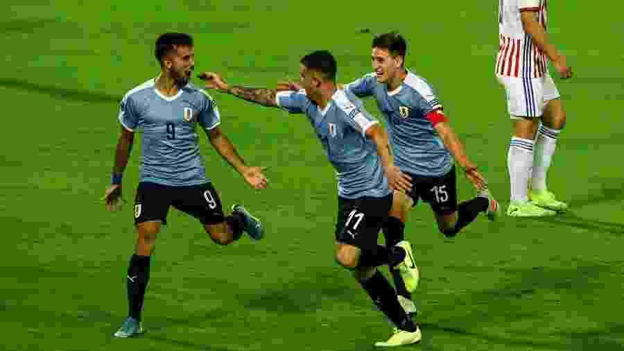 Diego Rossi, Juan Ignacio Ramirez e Facundo Waller comemoram gol do Uruguai diante do Paraguai pelo Pré-Olímpico, disputado na Colômbia - Juan Barreto/AFP