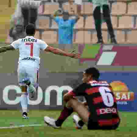 Alexandre Pato comemora gol pelo São Paulo em partida contra o Oeste - Bruno Ulivieri/AGIF