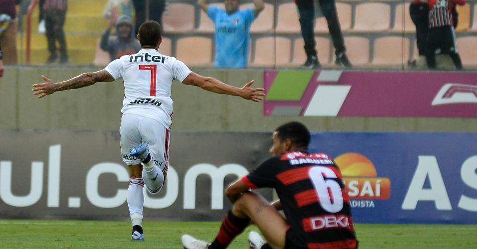 Alexandre Pato comemora gol pelo São Paulo em partida contra o Oeste