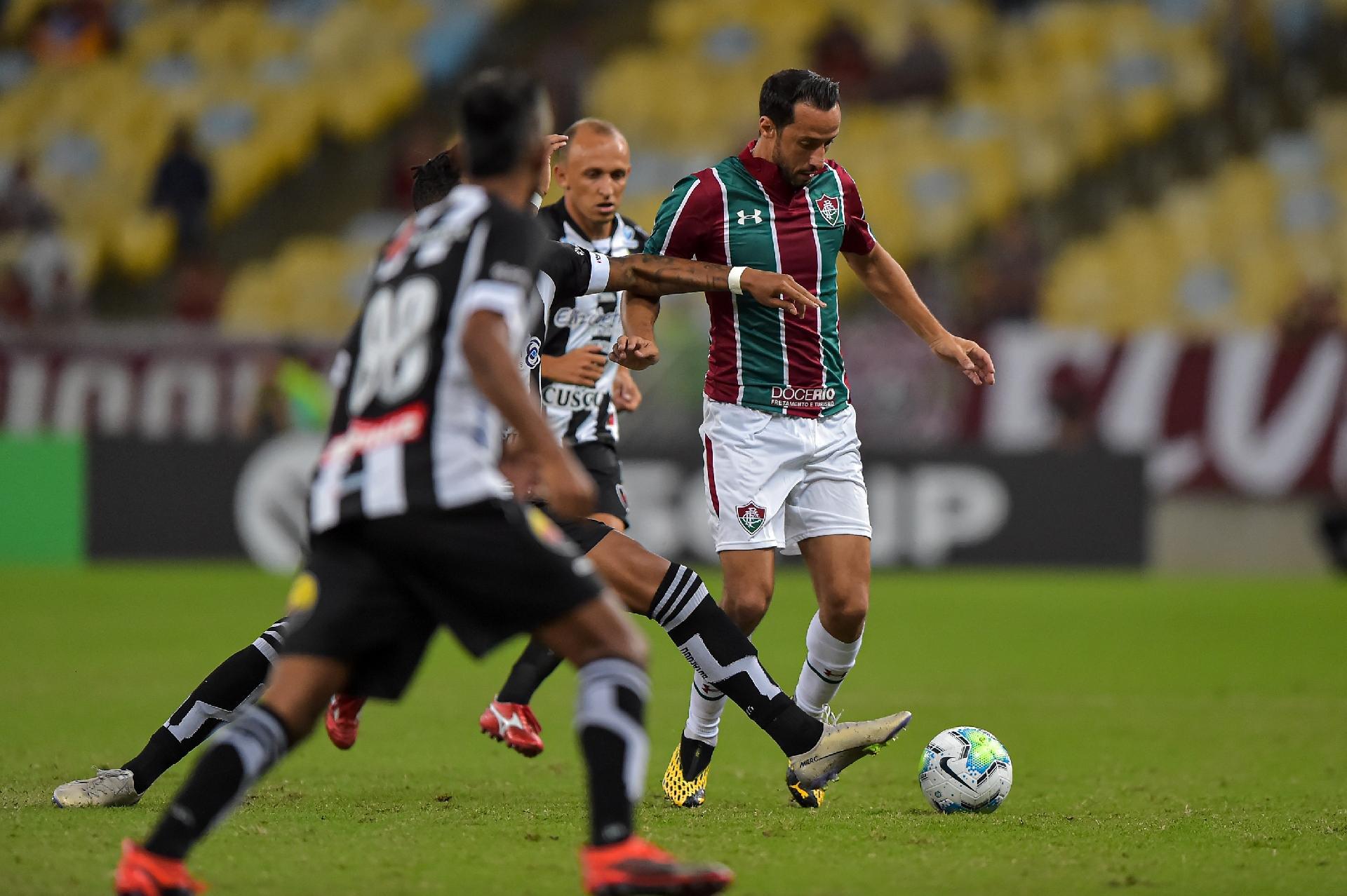 Nenê carrega a bola no duelo entre Fluminense x Botafogo-PB