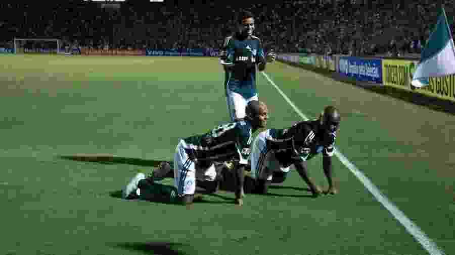 Jogadores do Palmeiras comemoram gol contra o Grêmio no último jogo oficial do Palestra Itália - Folha Imagem