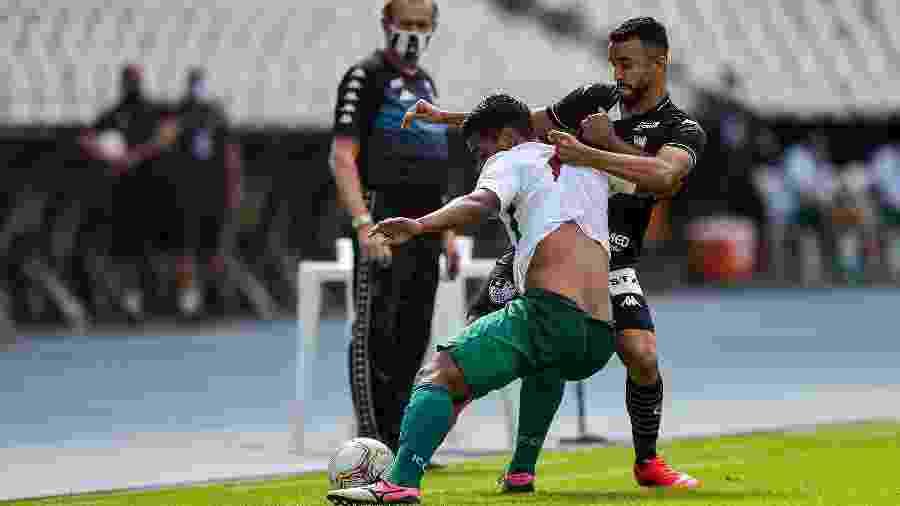 Caio Alexandre, do Botafogo, em lance com Luan, da Cabofriense - Thiago Ribeiro/AGIF