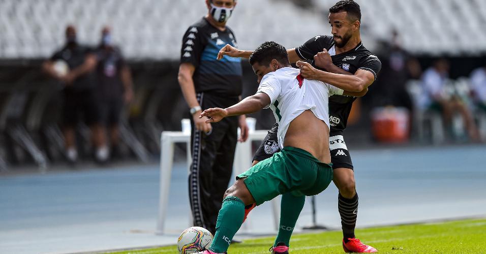 Caio Alexandre, do Botafogo, em lance com Luan, da Cabofriense