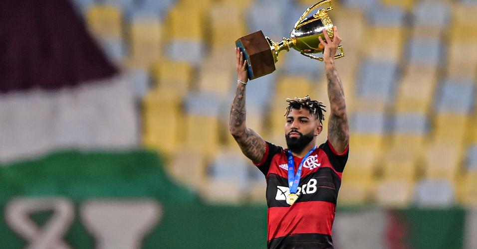 Gabigol, que esteve suspenso na decisão do Carioca, comemora o título estadual do Flamengo