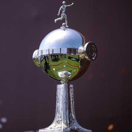 A cobiçada Taça Libertadores exposta em Lima, antes de Flamengo x River Plate - Manuel Velasquez/Getty Images