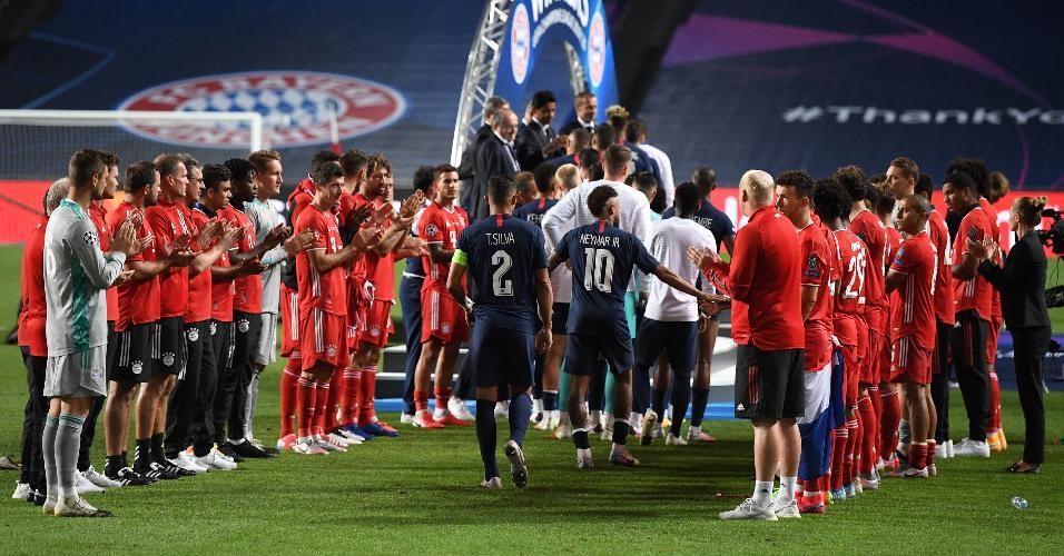 Jogadores do PSG cumprimentam os jogadores do Bayern