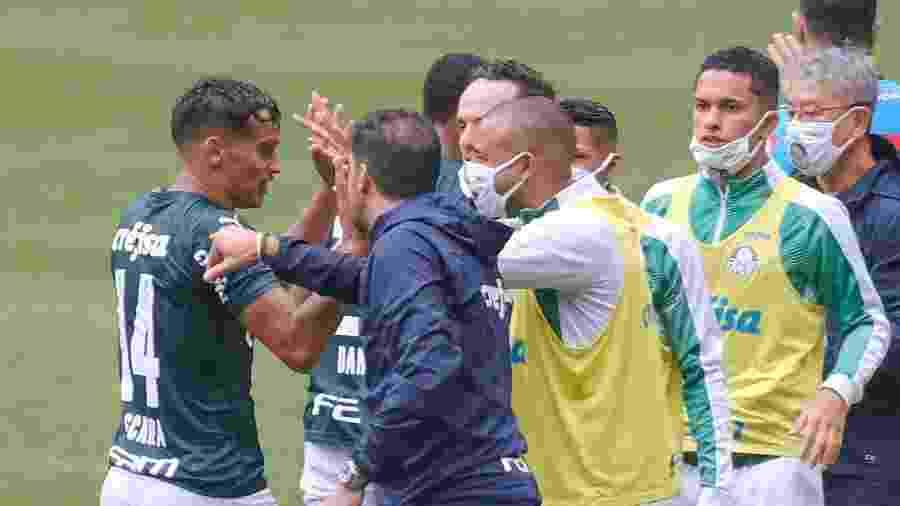 Scarpa comemora gol marcado contra o Ceará com seus companheiros  - Marcello Zambrana/AGIF