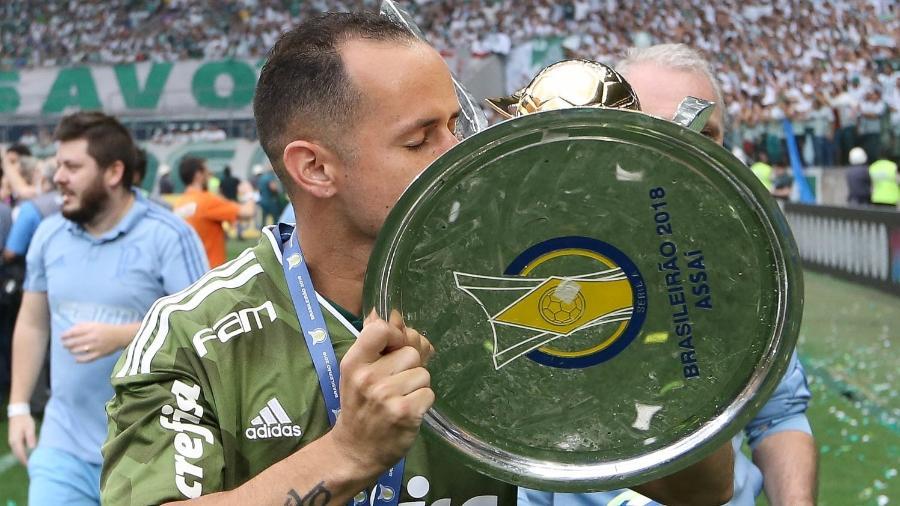 Guerra beija a taça do Brasileiro, vencido pelo Palmeiras em 2018. Este foi seu único título no clube - Cesar Greco