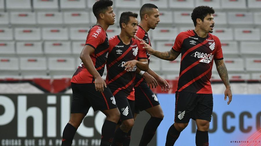Ao lado dos jogadores do Athletico, Jadson comemora o gol contra o Cascavel - José Tramontin/Athletico