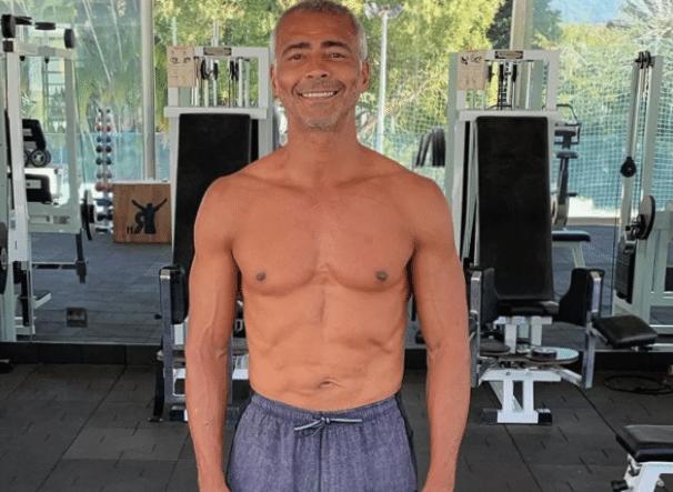 Romário posa para foto em academia