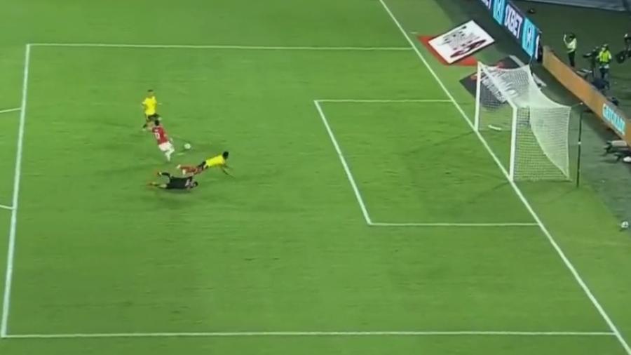 Borja se chocou com o goleiro após passe para Borré, que desperdiçou a jogada com o gol aberto - Reprodução/Twitter