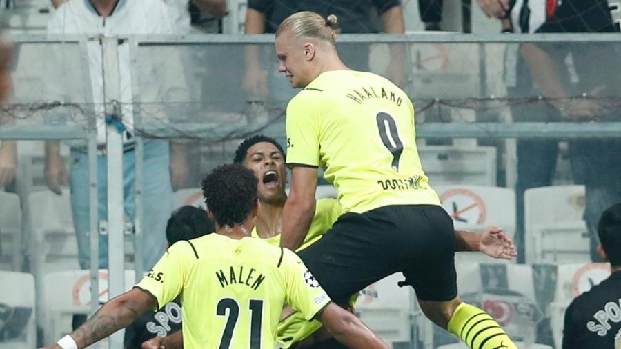 Haaland comemora gol marcado pelo Borussia Dortmund contra o Besiktas, pela fase de grupos da Liga dos Campeões - Murad Sezer/Reuters