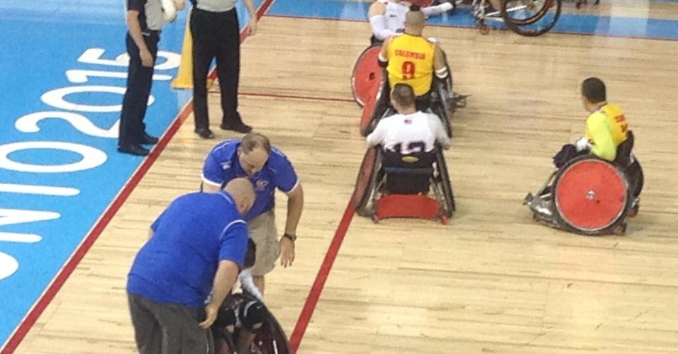 As cadeiras de rodas são feitas de alumínio e titânio e entre as ferramentos usadas pelos mecânicos está a boa e velha marreta