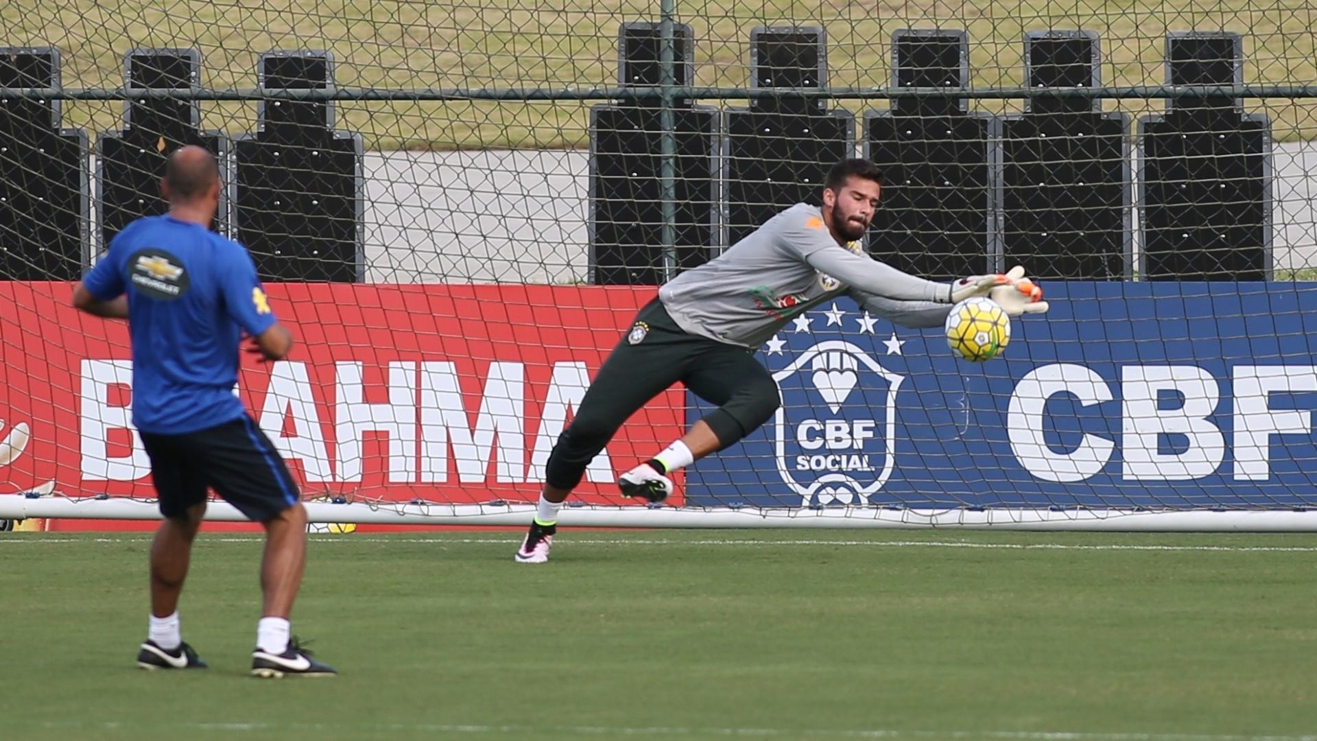 Alisson pratica bela defesa em treino da seleção brasileira