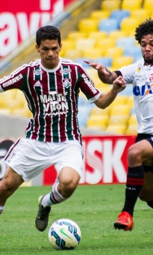 Magno Alves domina bola em jogo do Flu contra o Atlético-PR
