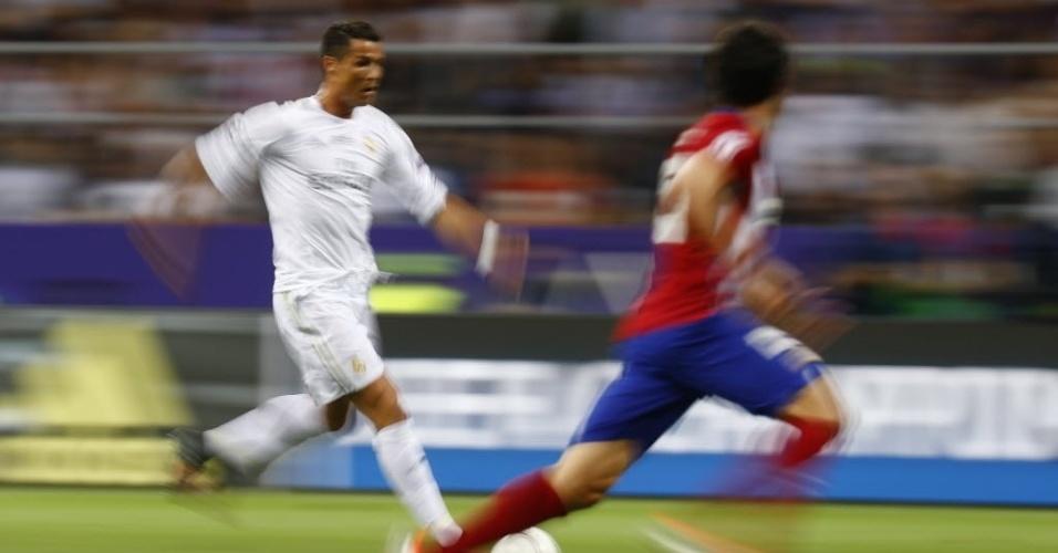 Cristiano Ronaldo parte em velocidade para cima da marcação do Atlético de Madri na final da Liga dos Campeões