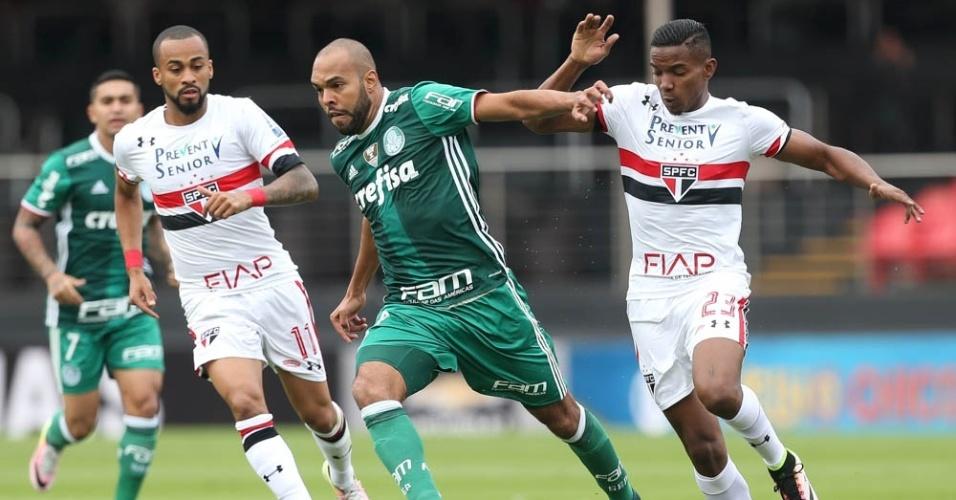 Alecsandro em ação no clássico entre São Paulo e Palmeiras, no Morumbi