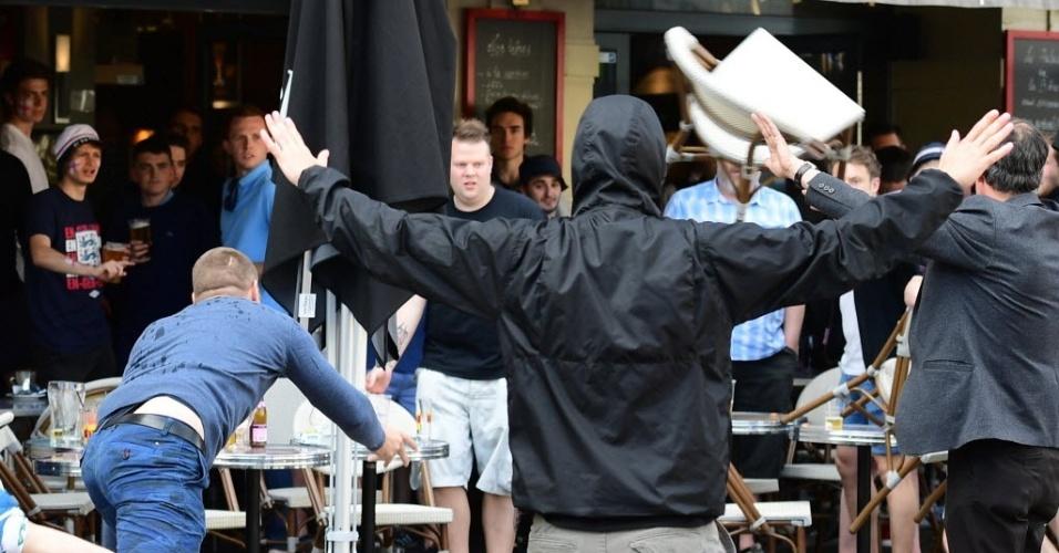 Torcedores russos e ingleses arremessam cadeiras em briga na cidade de Lille