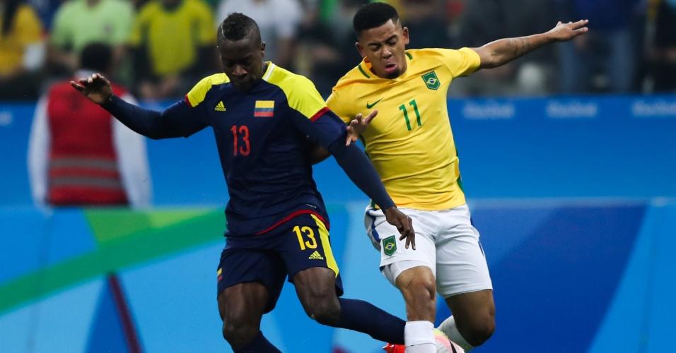 Gabriel Jesus e Helibenton Palacios, da Colômbia, dividem a bola na Arena Corinthians