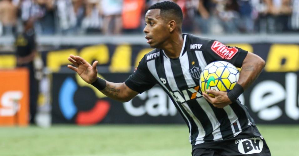 O atacante Robinho comemora gol do Atlético-MG