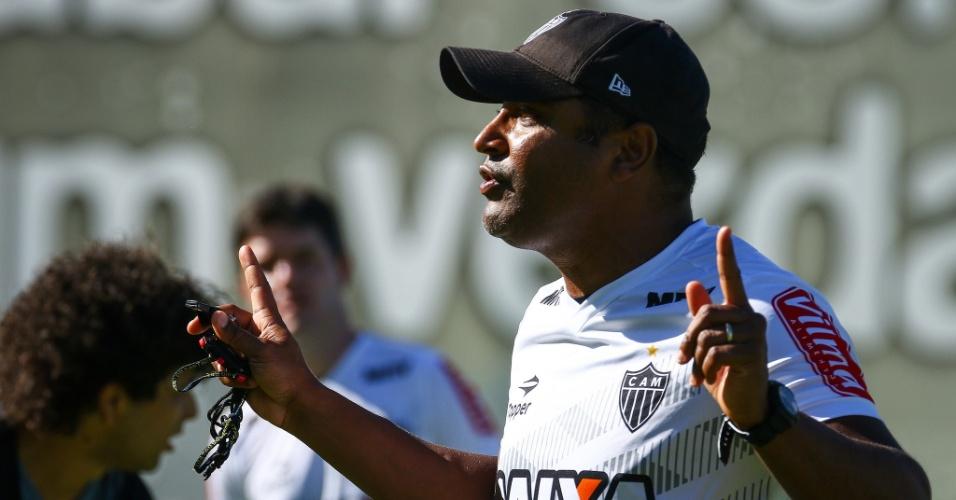 Roger comanda treino do Atlético-MG