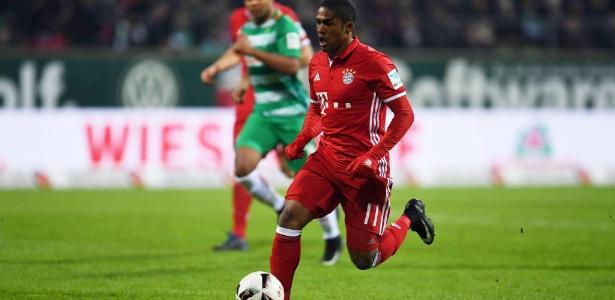 O meia brasileiro Douglas Costa, do Bayern, parte com a bola dominada em partida contra o Werder Bremen neste sábado (28): O Bayern venceu por 2 a 1 e ampliou a liderança no Campeonato Alemão.