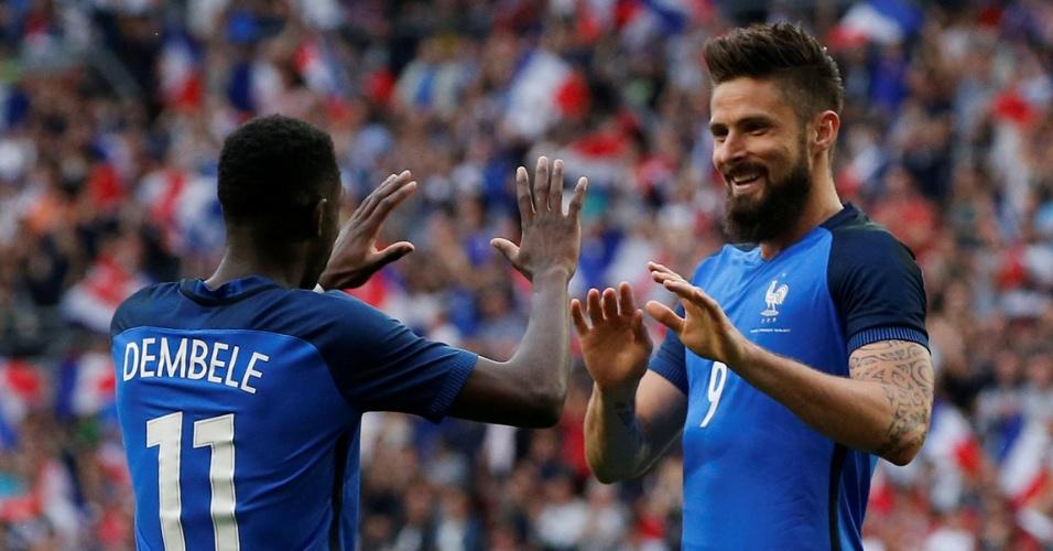 Giroud comemora gol da França sobre o Paraguai, em amistoso
