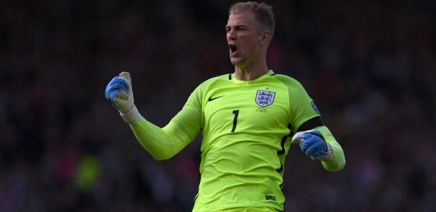 Goleiro da Inglaterra, Joe Hart comemora gol de sua seleção contra a Escócia