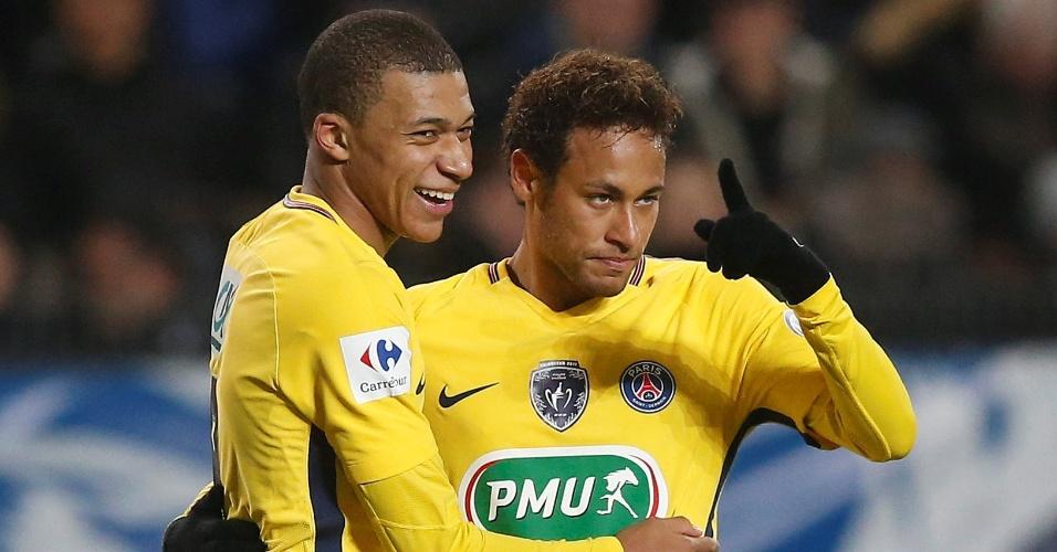 Neymar comemora com Mbappé o gol do PSG contra o Rennes