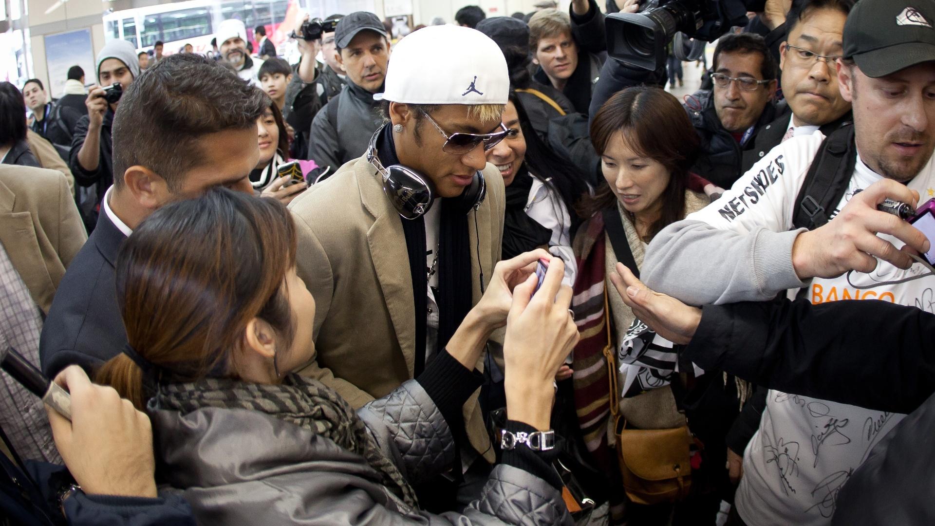 Neymar é cercado por fãs e jornalistas em uma viagem da delegação do Santos a Yokohama, no Mundial de Clubes de 2011